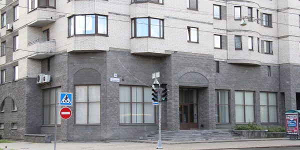 Главный вход учебного центра Вероника на Савушкина 36